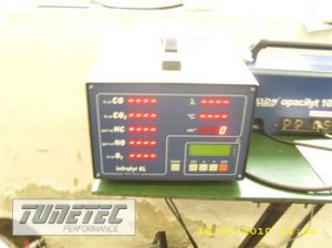 2192__Kohlenstoffkolbenmotor-auf-stationaerem-Pruefstand-appliziert-